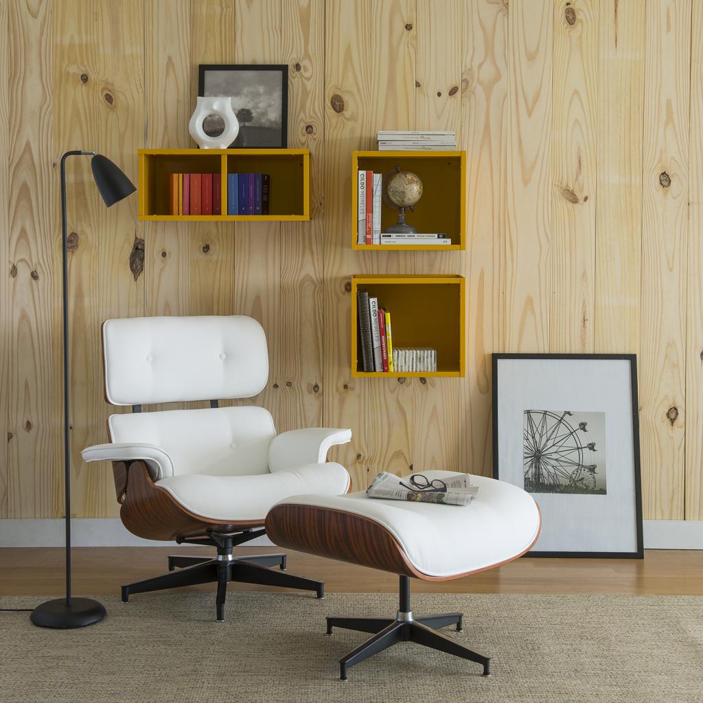 Espaço de descontração decorado com Poltrona Emes Charles com descanso para pés e luminária de coluna em estilo industrial.