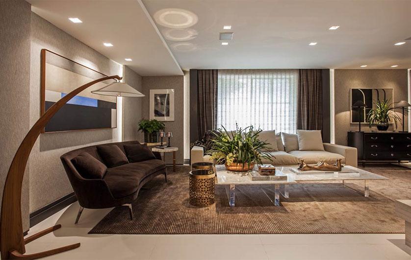 Sala de estar decorada utilizando diversos pontos de iluminação com spots de embutir e plafons de embutir