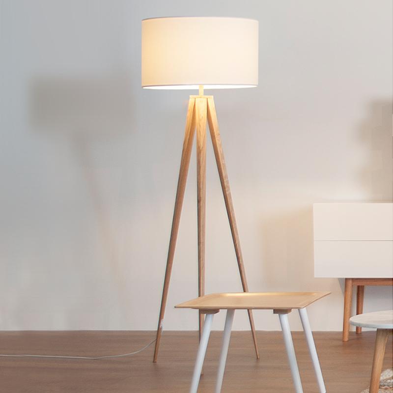 Presente em vários estilos de decoração, a luminária de chão em madeira se renova e moderniza