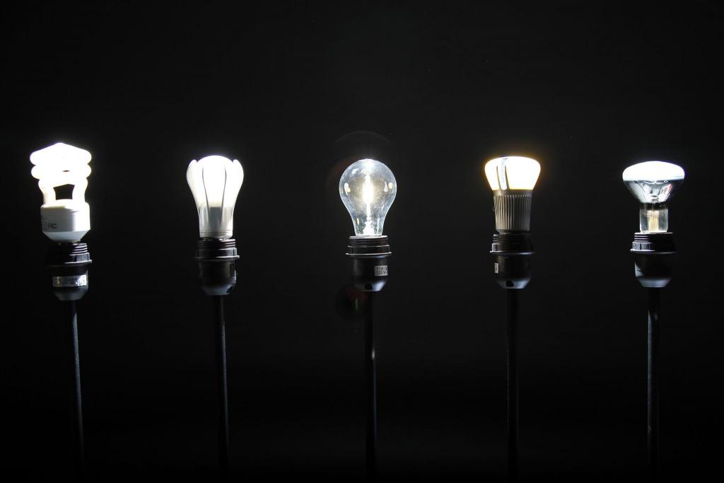 Com inúmeros modelos e características, escolher entre a lâmpada LED e incandescente pode ser um desafio