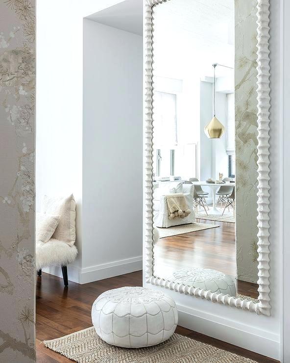 Espelhos em corredores e próximos a portas auxiliam na sensação de ampliar os espaços