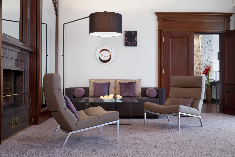 Na decoração: poltronas e luminária de chão articulada