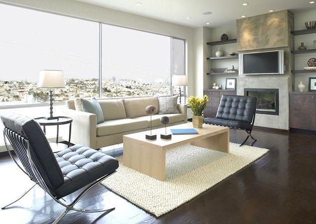 Combinação do sofá e móveis em cores claras com o estofado escuro da poltrona deixa a decoração