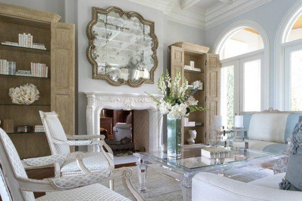 Móveis combinados com espelho decorativo sob a lareira criam um ambiente elegante