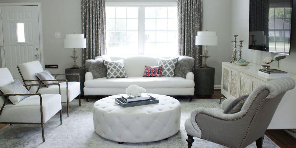 Poltronas em dois estilos e sofá na sala de estar vão deixar o ambiente preenchido de forma confortável e moderna