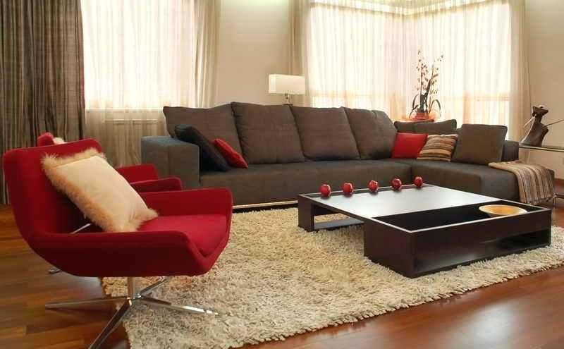 As cores em tons de marrom e vermelho harmonizam com itens de decoração e móveis, criando um ambiente uniforme e de bom gosto